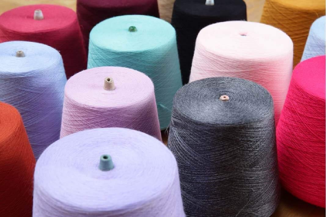 這是彩色的羊毛色紗,由群羊自己的的染色工廠,將白色羊毛紗線,經過染色和整理,變成鮮豔繽紛的羊毛色紗紗線
