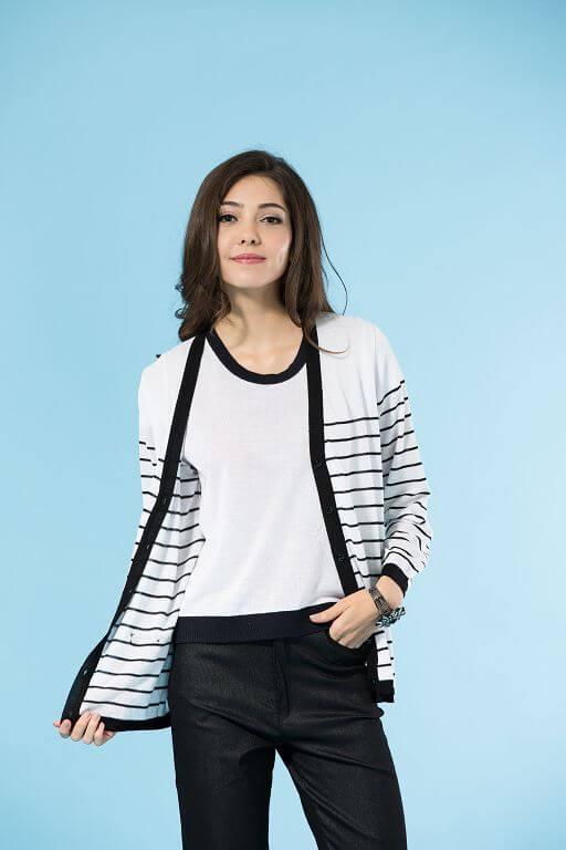 91603黑白條紋的長版針織外套,採用的是木質纖維縲縈Rayon,簡單搭配黑色或是白色棉褲,就可以有亮眼的穿衣效果