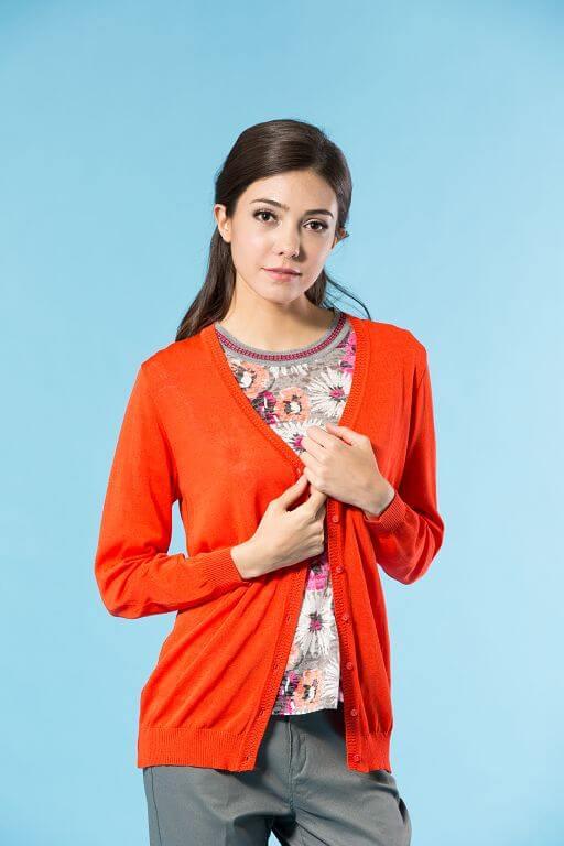 91607 素色長版針織外套的橘色。針織外套採用縲縈Rayon,天然木質纖維的設計,穿起來舒適涼爽