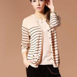 91603米褐條紋的長版針織外套。米褐的配色柔和而溫暖,縲縈Rayon製成的針織外套,則有著天然纖維的透氣和舒適。