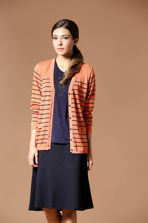 91603 橘藍色條紋長版針織上衣。亮眼的橘色和藍色的對比配色,視覺上面更顯年輕。縲縈Rayon 也就是木質纖維,為本款針織外套的原料,織成的針織外套,透氣性高而且舒適涼爽